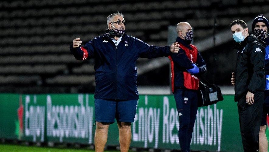 L'entraîneur de Bordeaux-Bègles Christophe Urios contestant une décision face à Newport.