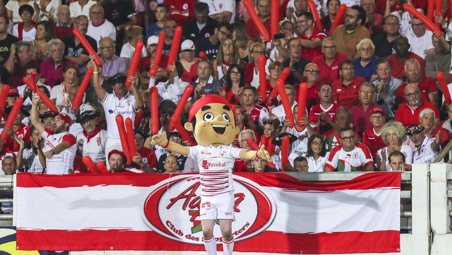 Le derby basque est aussi l'occasion pour les supporters, aidés des mascottes, de donner de la voix, avec la biarrote Koxka et la bayonnaise Pottoka.