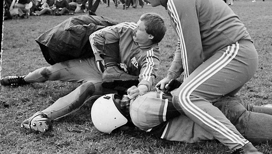 Cette tournée des Springboks en Nouvelle-Zélande de 1981 donna lieu à des débordements inédits. Ce fut même une éruption de violence par moments effrayante. On vit la police intervenir vigoureusement pour maîtriser des manifestants. Le sommet, ce fut cette affaire de l'avion qui survola le troisième test et qui bombarda la pelouse avec des sacs de farine, jusqu'à blesser un joueur.