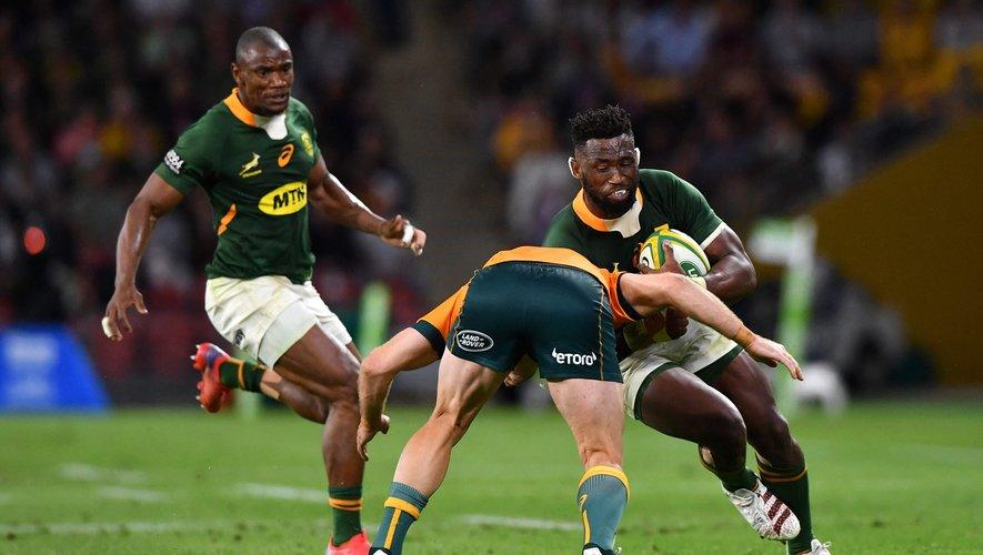 Les Sud-Africains de Siya Kolisi (ballon en main) et Makazole Mapimpi sont dans le creux de la vague.
